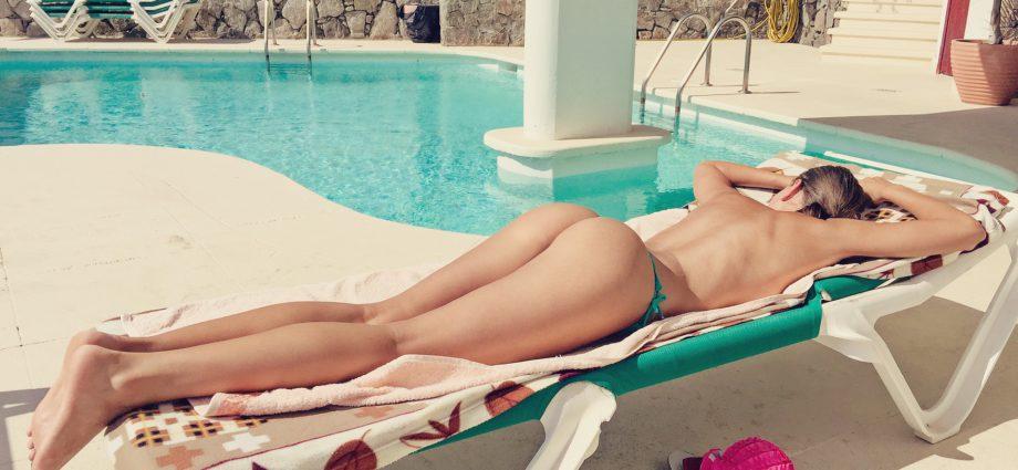 Sexe au bord de la piscine