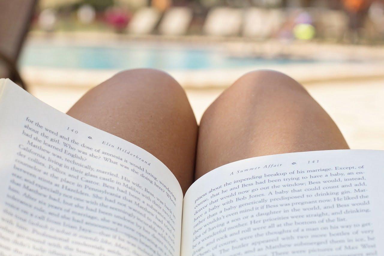 lecture coquine au bord de la piscine